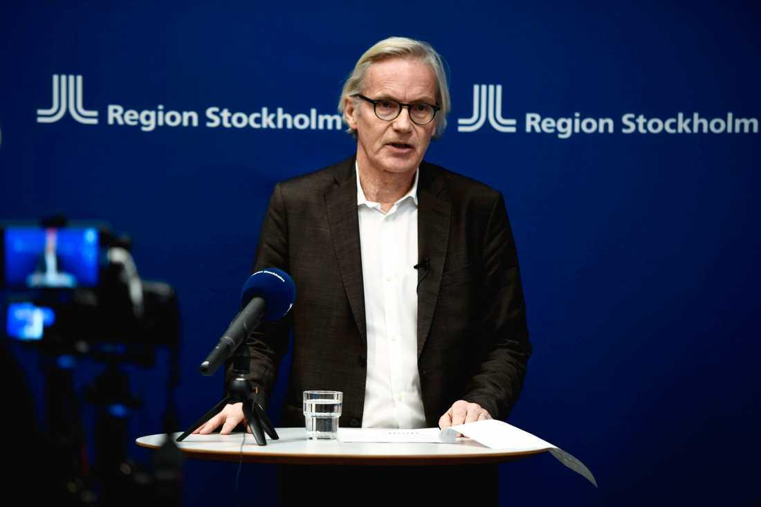 Johan Bratt, tillförordnad hälso- och sjukvårdsdirektör i Region Stockholm, vid onsdagens pressträff om det förvärrade läget i hälso- och sjukvården.