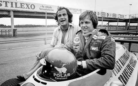 """GUNNAR NILSSON Född den 20 november 1948 i Helsingborg, död den 20 oktober 1978 i London. Slog igenom i brittiska F3-serien, som han vann 1975. Året efter inledde han sin formel 1-karriär i Lotusstallet. Totalt körde Gunnar Nilsson 32 F1-lopp, höjdpunkten var förstås segern i Belgiens GP 1977, en av totalt fyra pallplaceringar. RONNIE PETERSON Född den 14 februari 1944 i Örebro, död den 11 september 1978 i Milano. Sveriges mest framgångsrika formel 1-förare genom tiderna med sina tio segrar på 123 lopp över nio säsonger. Kallades """"The Super-Swede"""" och bedömdes av många som den bäste föraren, som dock aldrig fick chansen i de allra vassaste bilarna."""