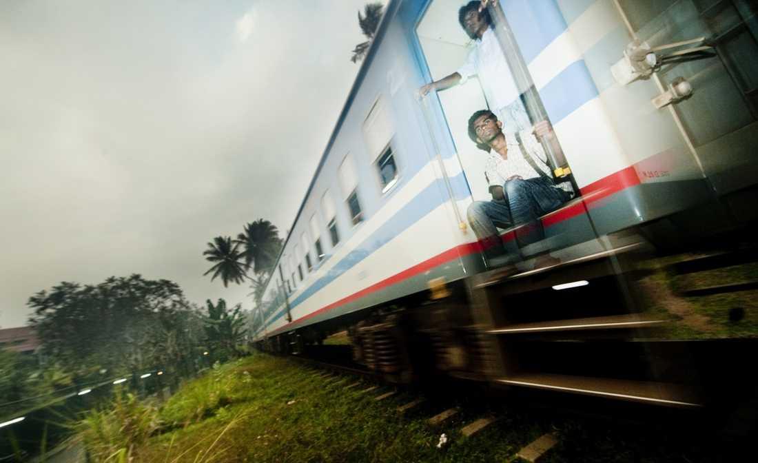 Tåg är ett bra sätt att ta sig fram för den som vill se lite mer av Sri Lanka. Från bussen högt uppe vid teterrasserna utanför Nuwara Elya skymtar tåget från Hatton som en saga där nere i dalen. Nästa gång?...