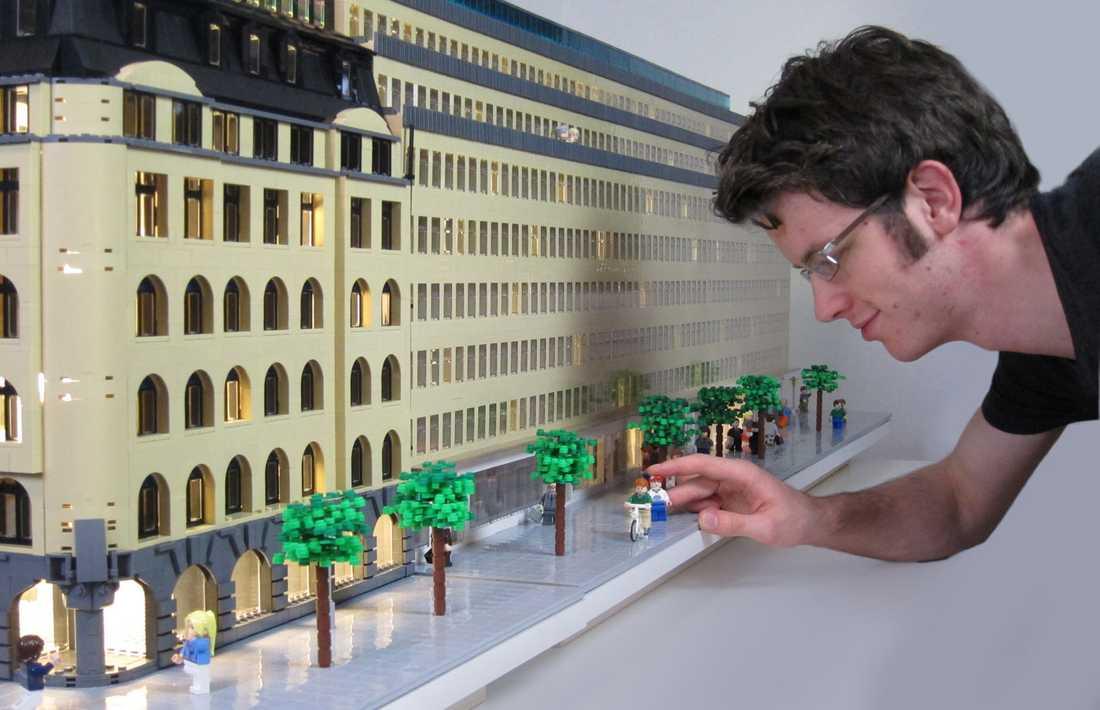 """Gabriel Bremler, 22, bygger lego på heltid. Här är hans modell """"Sveavägen 44""""."""