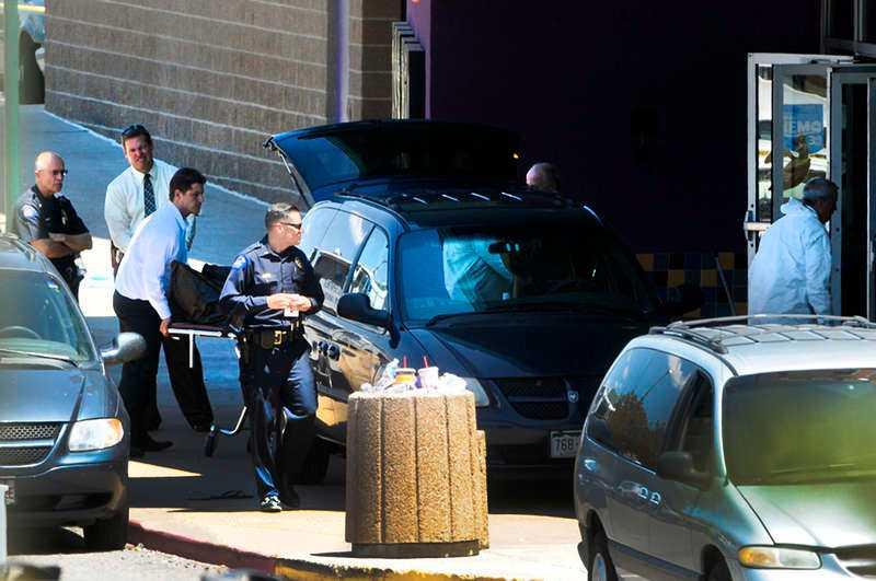 BÄRS UT  Polisen lyfter ut en kropp från Century 16-biografen i Aurora utanför Denver. Ytterligare elva personer sköts till döds i fredags.