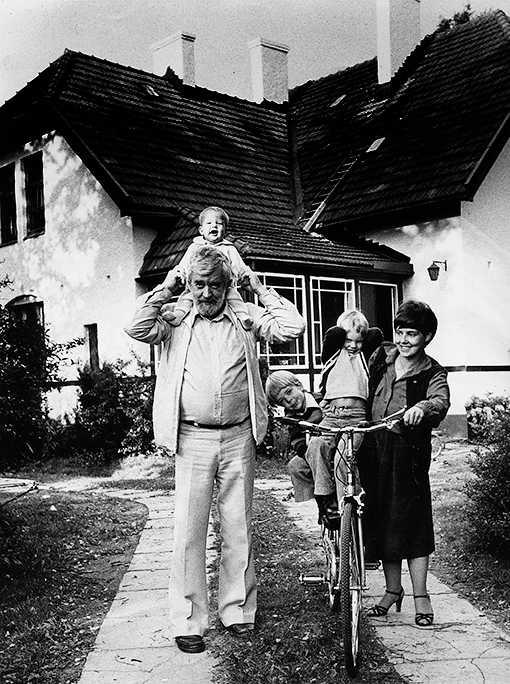 familjeidyllen som försvann Kändisfamiljen Schulman 1980 med tv-mannen Allan, journalisten Lisette och de tre barnen Carl, Niklas och Alexander (Alex). När Alex var åtta år förlorade han sin mamma till spriten.