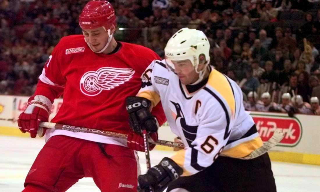 Jagr och Detroit Red Wings Sergej Fedorov i en match i januari 2000.