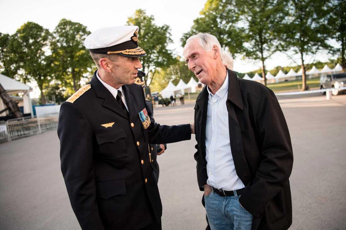 ÖB Micael Byden och veteranen Sture Nilsson.
