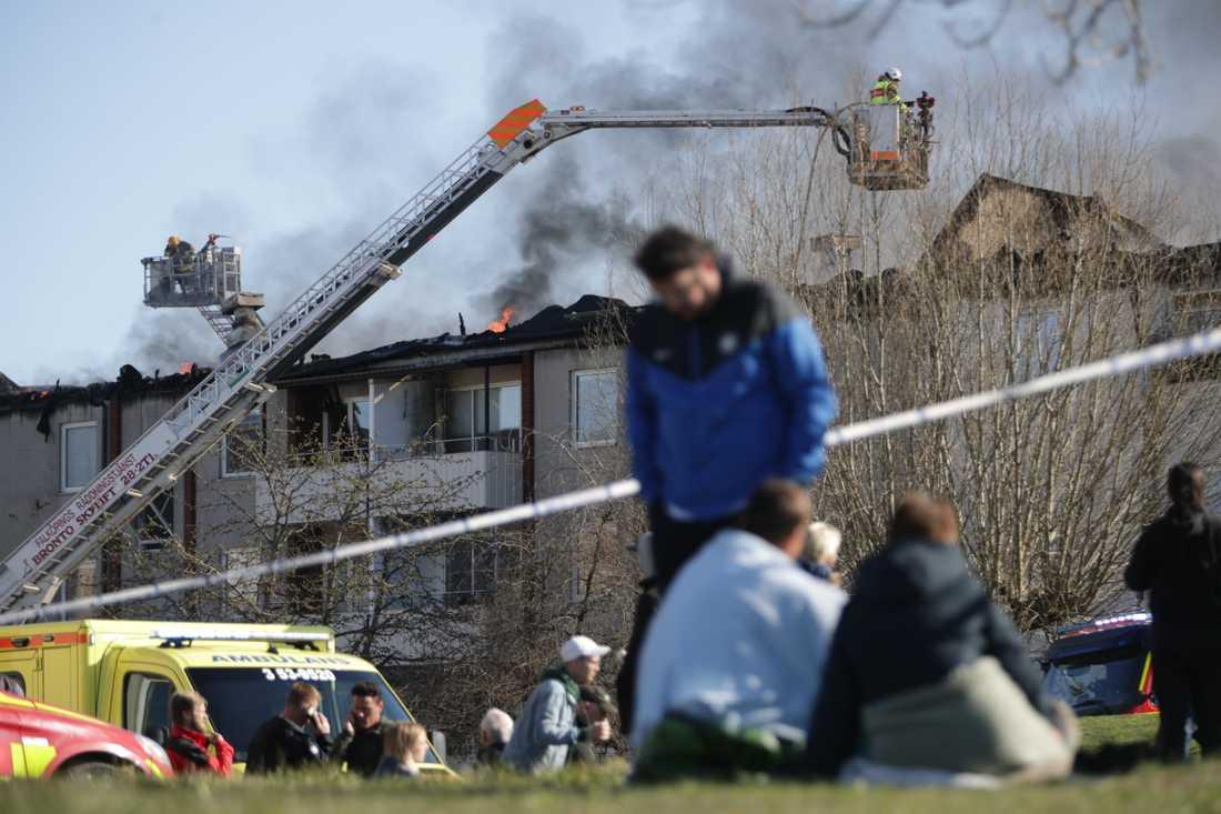 """""""Minst två, kanske tre lägenheter är skadade. Sedan kan det vara vattenskador som vi ännu inte kan överblicka"""", säger Stefan Swenson vid Samhällsskydd mellersta Skaraborg."""