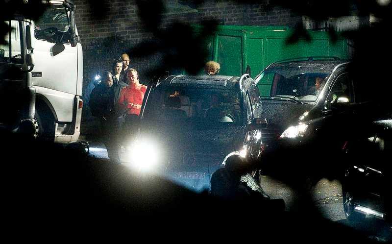 STJÄRNAN I BAR ÖVERKROPP  Direkt efter konserten andas Chris Martin ut med bar överkropp i den svala kvällen bakom Stockholms stadion. Där står redan Mercedesbussarna med motorerna igång för att ta bandet snabbt ut till Arlanda.