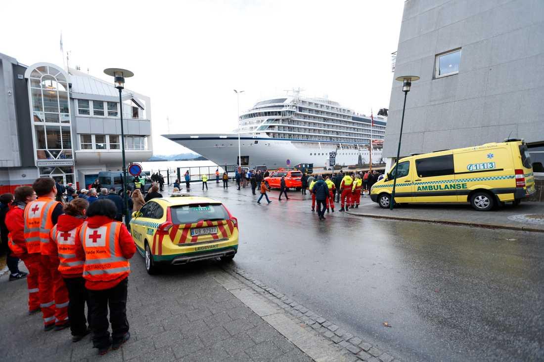 Kryssningsfartyget Viking Sky anlöper hamnen i Molde för egen maskin.