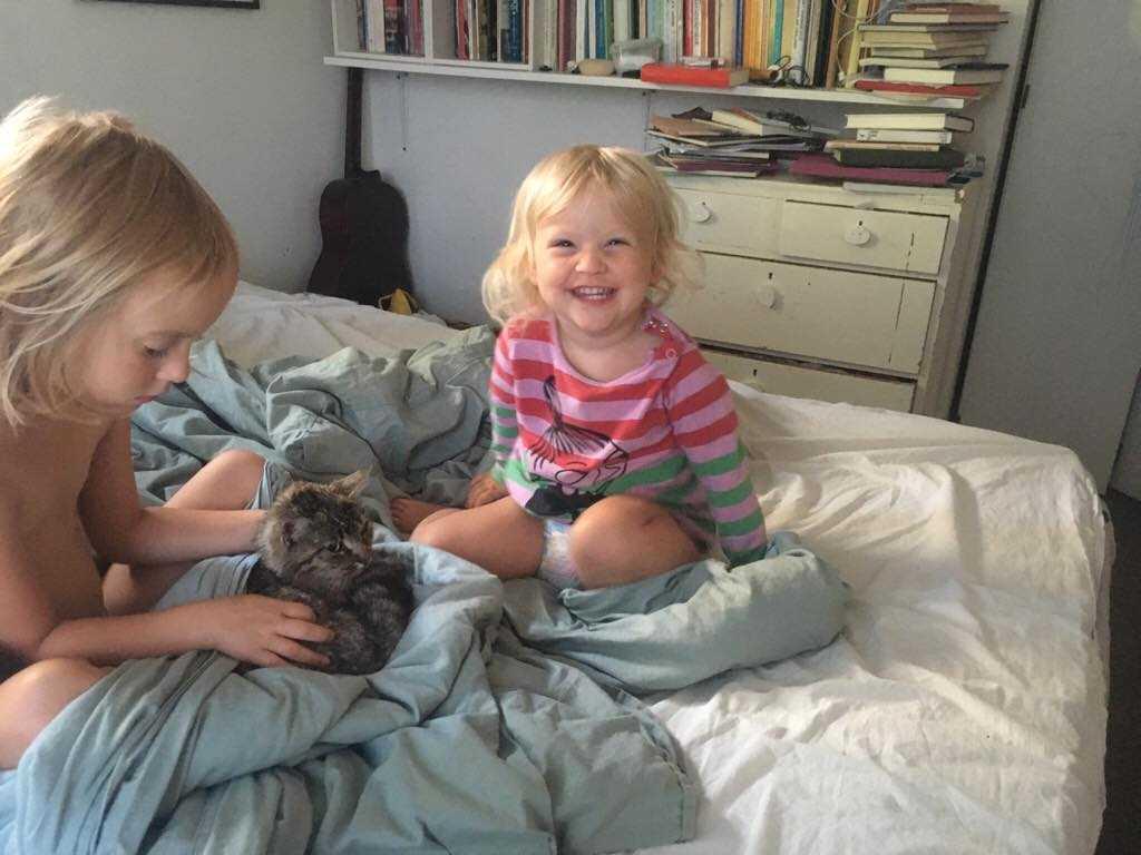 Barnen Cleo och Sally med Fideli.