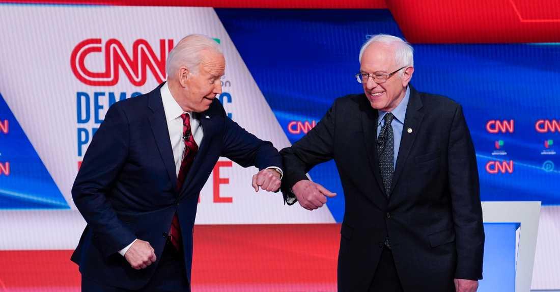 Joe Biden har tagit intryck av den politiska vänstern i sin omstart av ekonomin i USA. Här krokar han arm med Bernie Sanders. Magdalena Andersson borde se och lära.