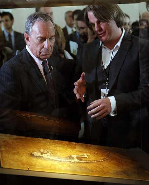 Jørn Hurum förevisar fossilet under presentationen i New York på tisdagen.