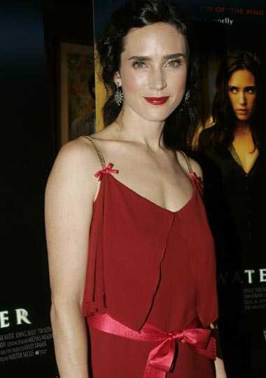 Jennifer Connelly, 2004: 58 kilo 12 kilo mindre väger skådespelerskan Jennifer Connelly, 38, i dag jämfört med för fem år sedan – en viktnedgång som sägs bero på att hon mått dåligt efter sin fars nyliga bortgång.