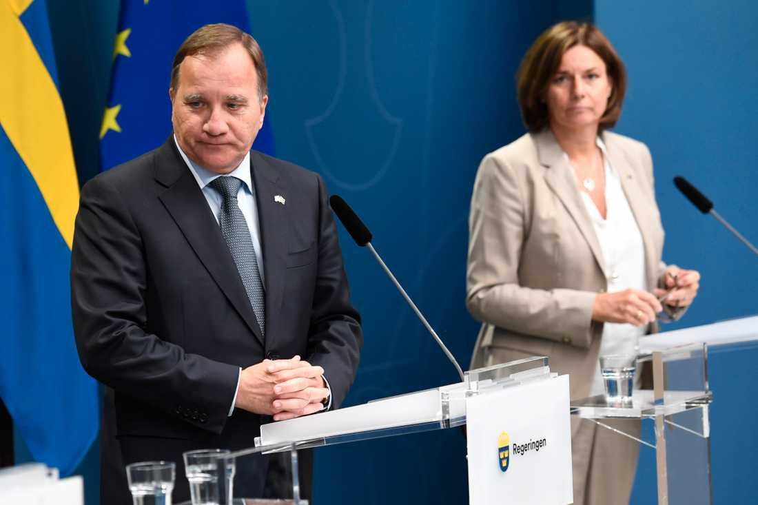 Stefan Löfven och Isabella Löfvin under dagens pressträff.