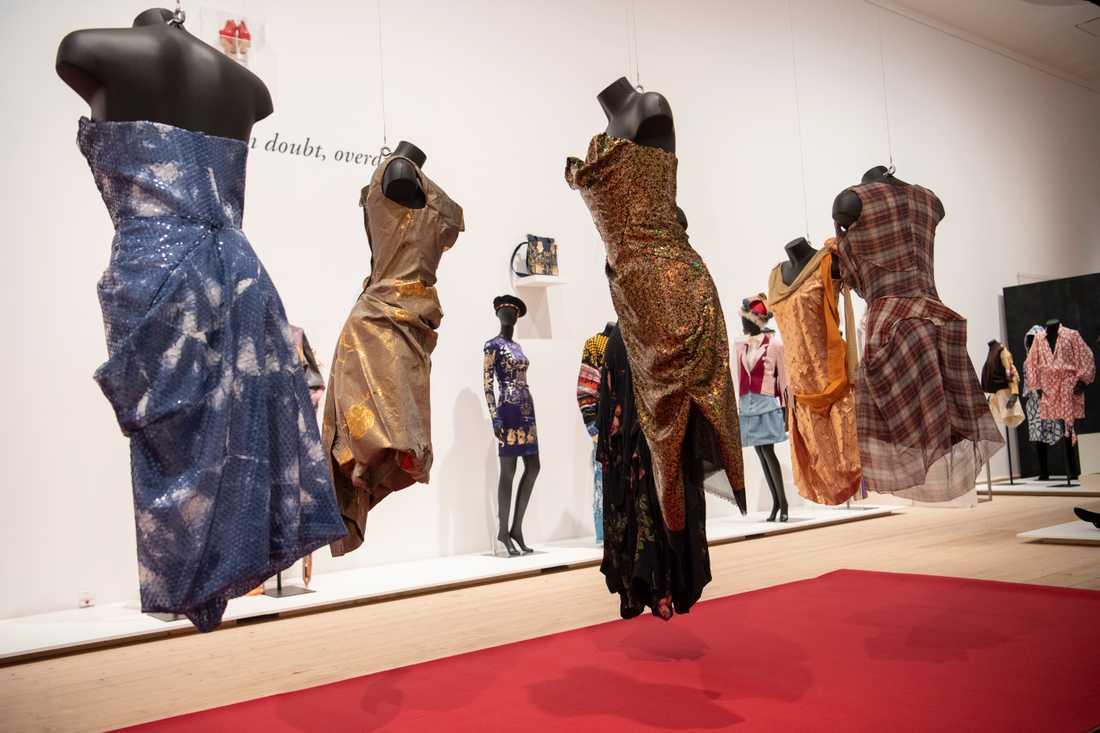 Vivienne Westwoods figurnära klänningar från olika decennier visas på Millesgården.