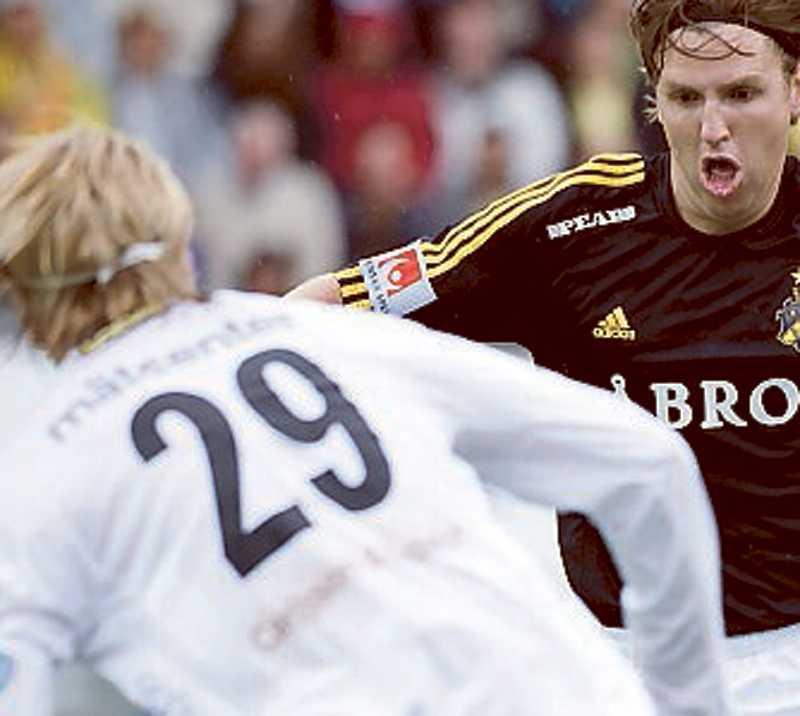 Astvald mot AIK:s Nils-Eric Johansson.