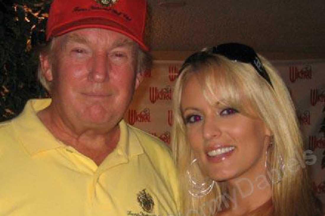 Donald Trump och Stomy Daniels poserar ihop 2006, på en bild från porrstjärnans Myspace-sida
