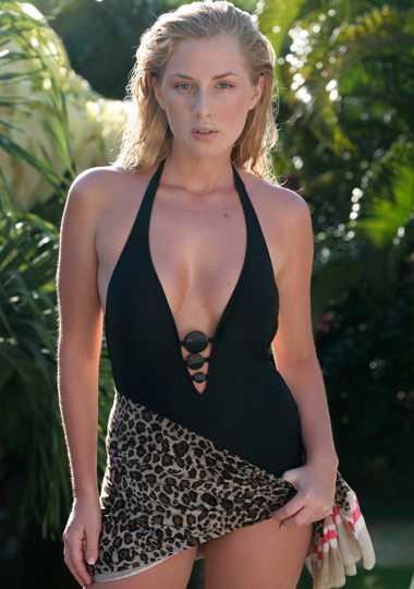 Svart sensuell baddräkt med djupringning och knappar, cirka 1 200 kr, Gottex, till leopard-mönstradsarong, 129 kr, H&M.