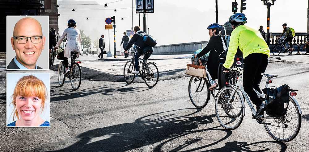 I Köpenhamn cykelpendlar idag 60 procent av befolkningen mot cirka 7 procent i Stockholmsregionen. Och det handlar inte om att avstånden i Sverige är längre. De allra flesta svenskar har inte en längre väg till jobbet än danskarna och i storstäderna skulle de dessutom oftast komma fram snabbare, skriver debattörerna.