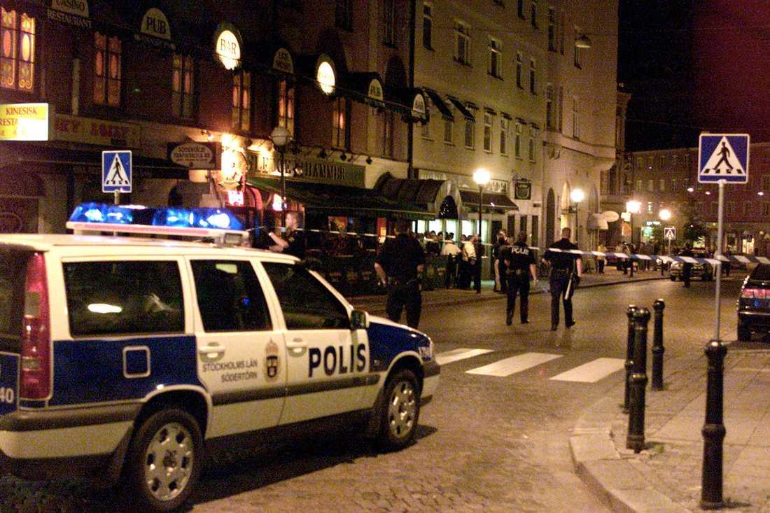 En man sköts till döds och en skadades utanför krogen Sledgehammer i Södertälje 2000.