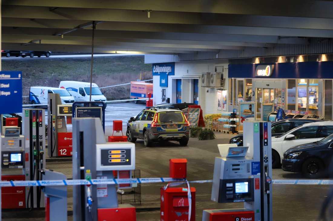 Polisen larmades idag till en bensinmack i Fittja, där en person ska ha skjutit mot en annan.