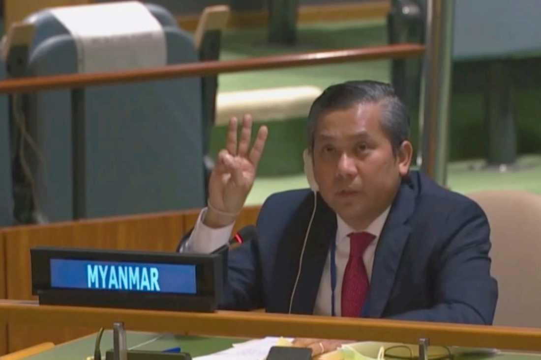 Myanmars avskedade FN-ambassadör Kyaw Moe Tun håller upp tre fingrar i en gest som används av proteströrelsen i demonstrationerna mot militärjuntan.