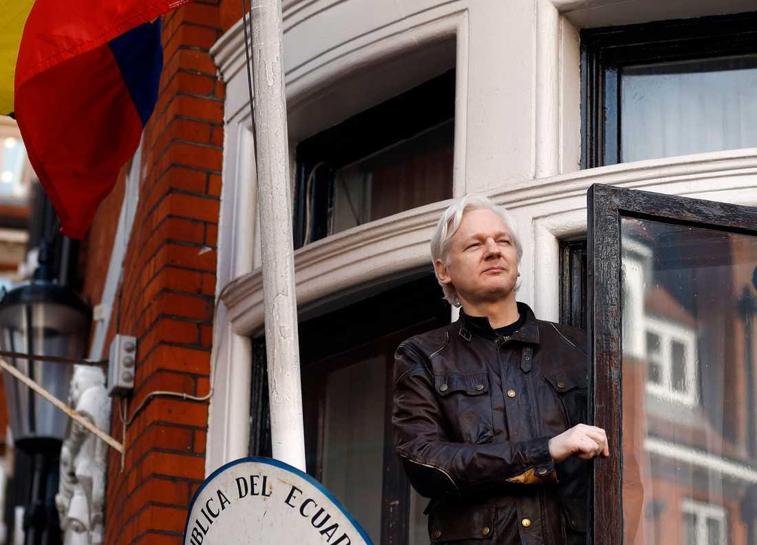 Wikileaks grundare Julian Assange tittar ut från balkongen på Ecuadors ambassad i London, där han tillbringade nästan sju år. Arkivbild.