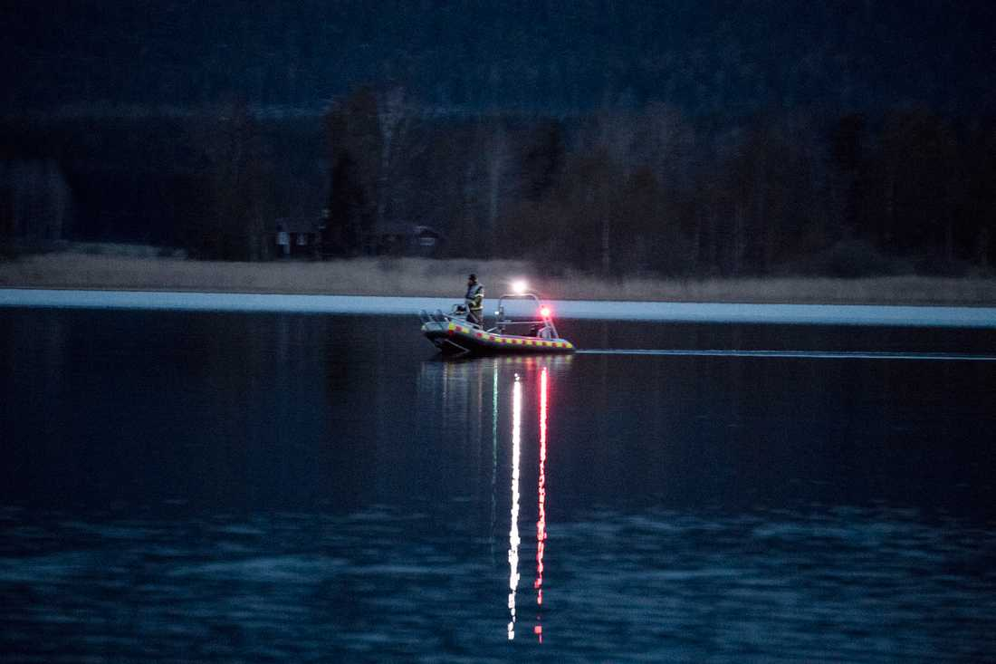 Polis söker vid sjön där Tova hittadedes.