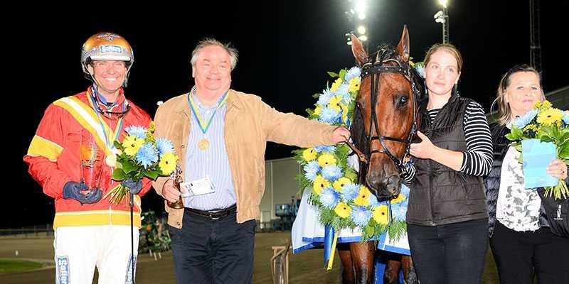 Kretsen kring Readly Express med ägaren Rolf Andersson bredvid hästen och Björn Goop, efter SM-segern.