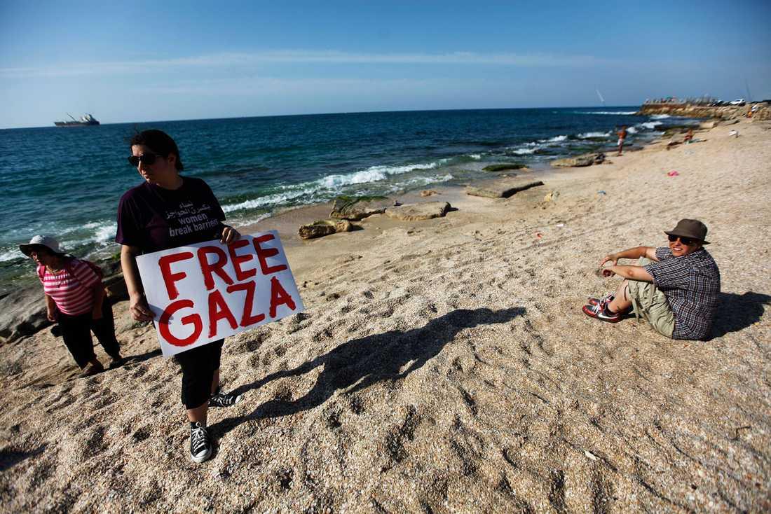 Aktivister har samlats på stranden i Ashdod i väntan på att Ship to Gazas båt Estelle ska anlända.