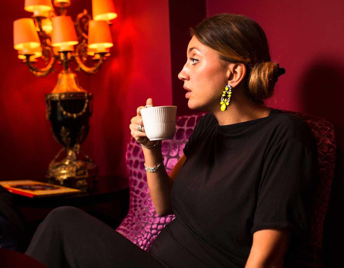 Nog ser hon ung ut, författarinnan Camilla Läckberg, 41. Tre koppar kaffe per dag gör dig fem år yngre biologiskt jämfört med att inte dricka kaffe, enligt ny forskning.