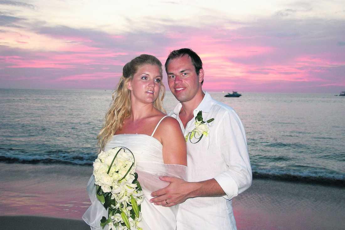 NYGIFT – med sin HANNA Paret gifte sig i söndags i Phuket. I går var de ute och red på elefanter tillsammans med släktingar. Plötsligt blev elefanten Gustav satt på som tokig.