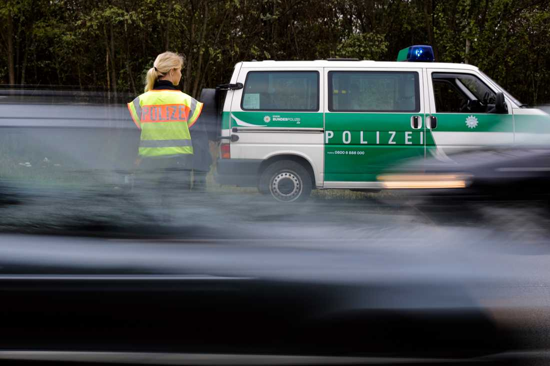 Tysk polis på en väg utanför gränsstaden Passau. Arkivbild.