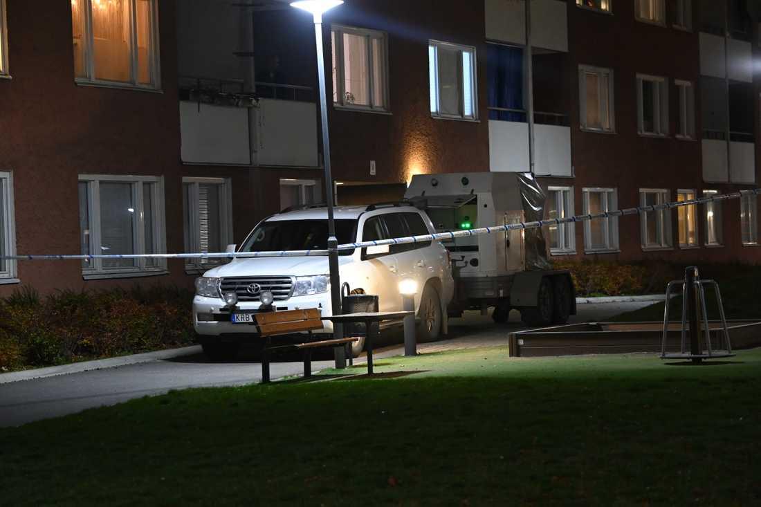 Polisen var på plats i Vårby gård under tisdagen.