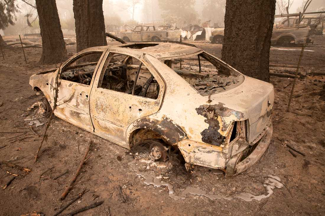 En utbränd bil efter bränder i Lyons, Oregon.