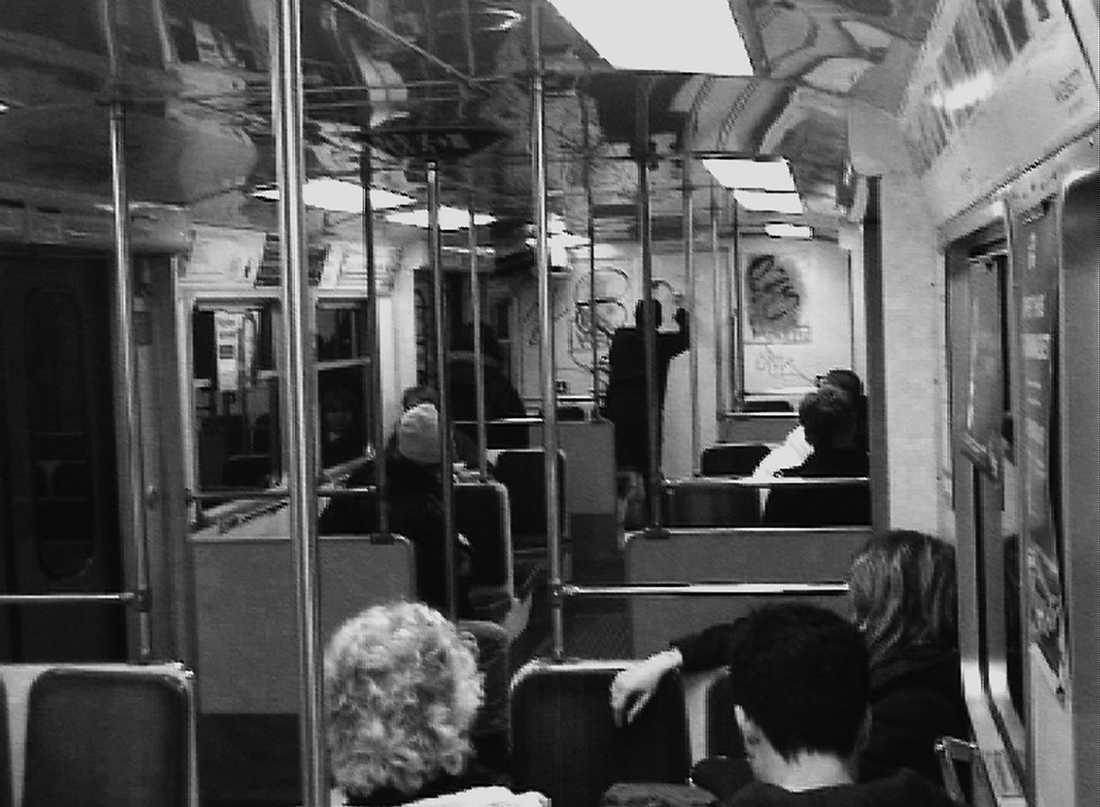 HAR PUBLIK Passagerarna tittar på medan Konstfackstudenten sprayar ner tunnelbanevagnen. När han är klar krossar han en ruta och hoppar ut.