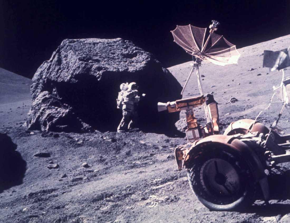 Sveriges månsten hackades fram av astronauten och geologen Harrison Schmitt som ingick i Apollo 17-expeditionen. Här är han i farten den 13 december 1972. Stenen är av lava och cirka fyra miljarder år gammal, enligt Tekniska museet. Arkivbild.