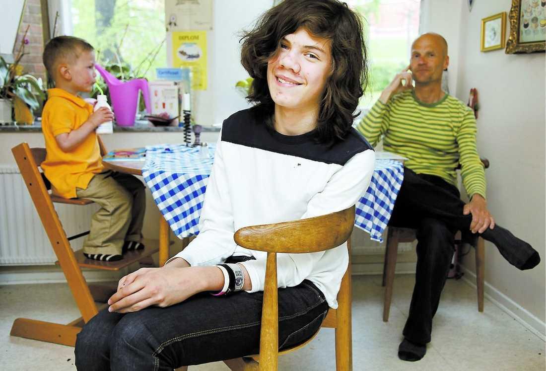 """VAR AUTISTISK Morgan var 2,5 år när han fick diagnosen autism. Efter flera år av intensiv beteeendeterapi fungerar han i dag normalt. """"Jag är tacksam att det fanns så många som hjälpte mig. Jag trivs med livet nu, säger han. Bakom Morgan, nu 15 år, sitter lillebror Oliver och pappa Mårten."""