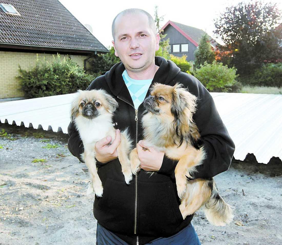 Samir Hajrula med hundarna Mimmi och Molle som väckte honom vid elds-vådan hos grannarna.