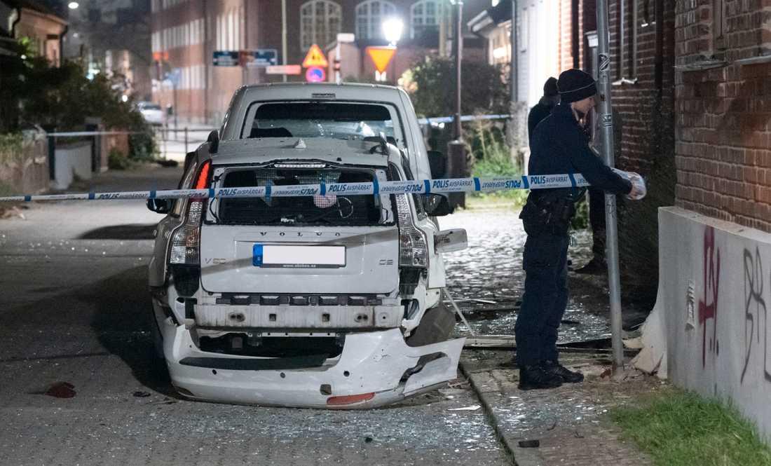 Polisen spärrar av efter att en detonation orsakat skador på en fastighet och en bil i Malmö tidigt på fredagsmorgonen.