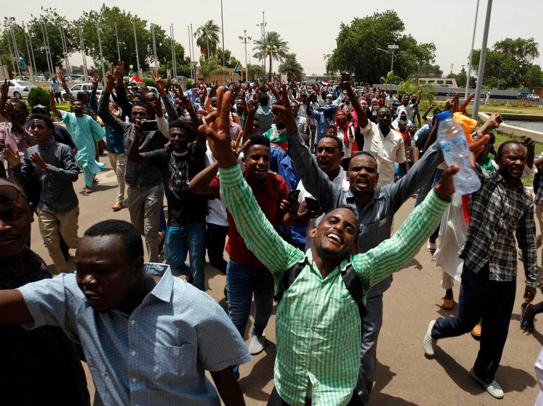 Sudaneser firar på gatan i Khartum efter undertecknandet av ett tidigare avtal om maktdelning mellan militären och proteströrelsen.