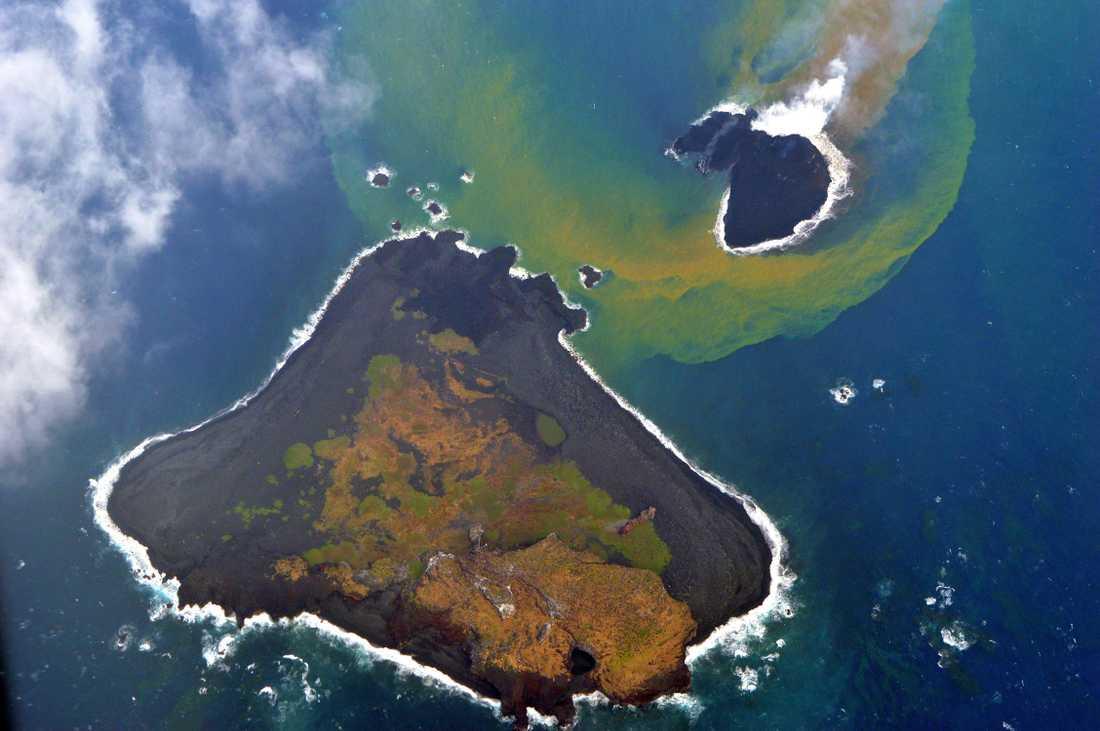 Nishinoshima bara växer och växer på grund av ett rejält lavaflöde som bygger ut och ihop flera små öar.