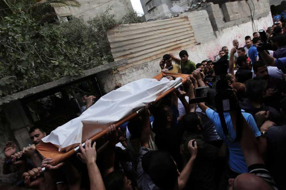 28 juli dör nio barn, bland dem tioåriga Gamal Ielian, i en explosion på en flyktingförläggning. Israel och palestinska myndigheter skyller på varandra.