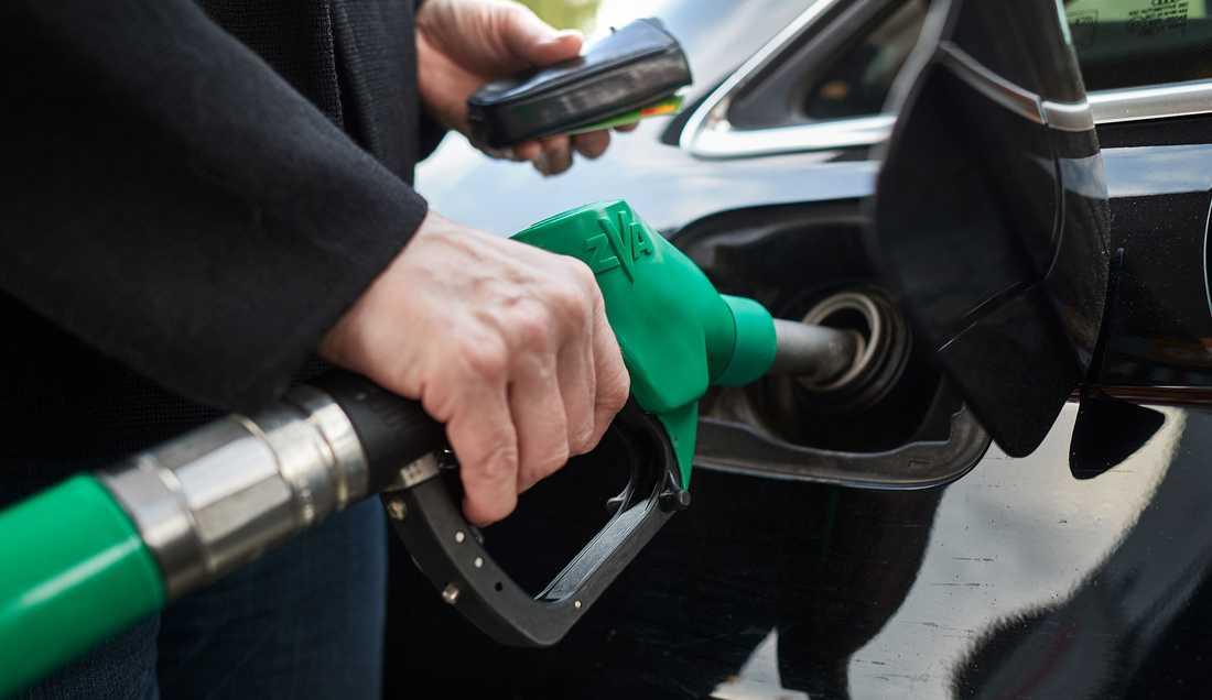 Priset på bensin är lägre än på flera år.