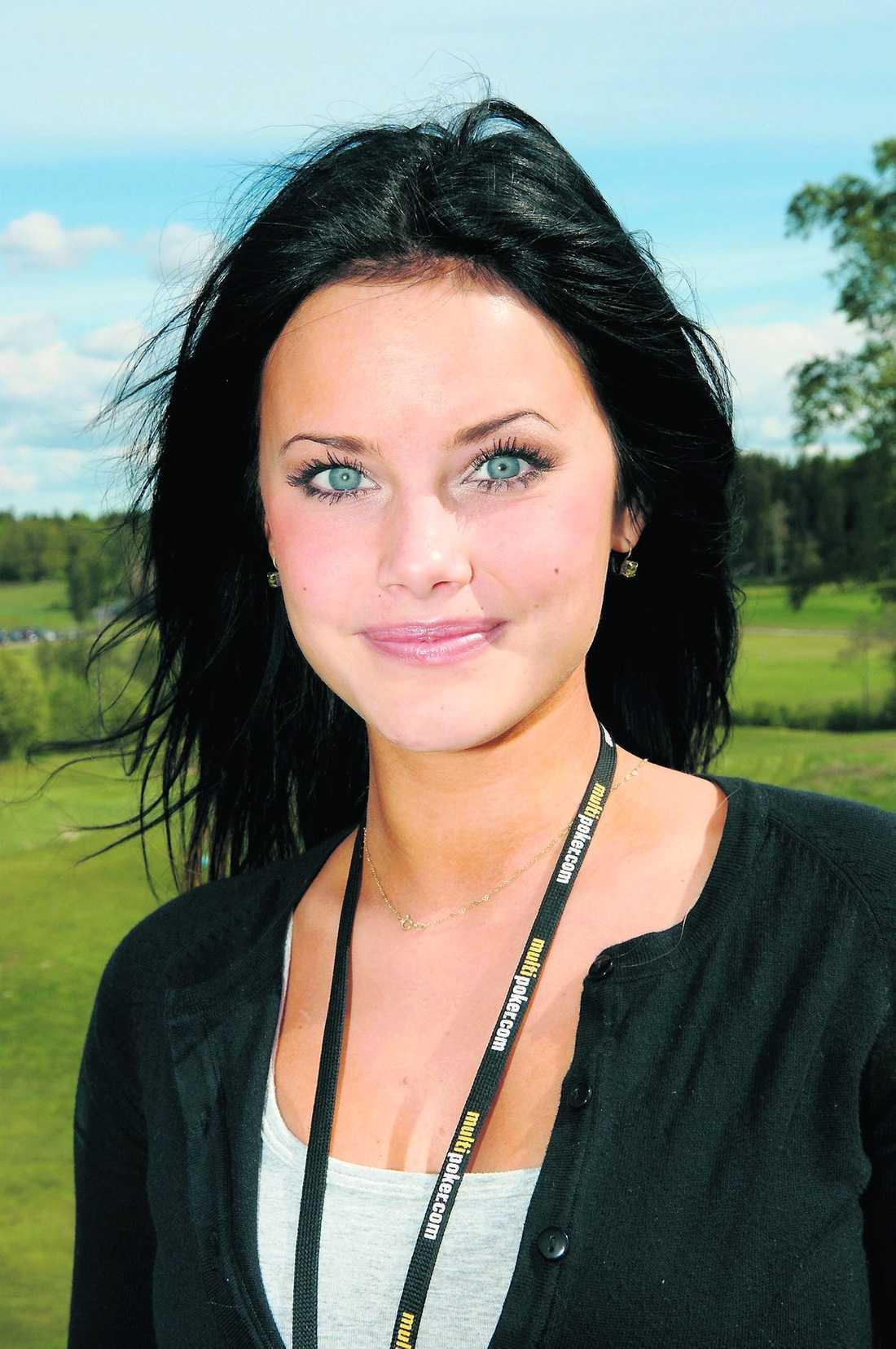 Vill bli tagen på allvar Enligt uppgift till Aftonbladet ogillar Sofia Hellqvist publiceringen, för hon är rädd att inte bli tagen på allvar.