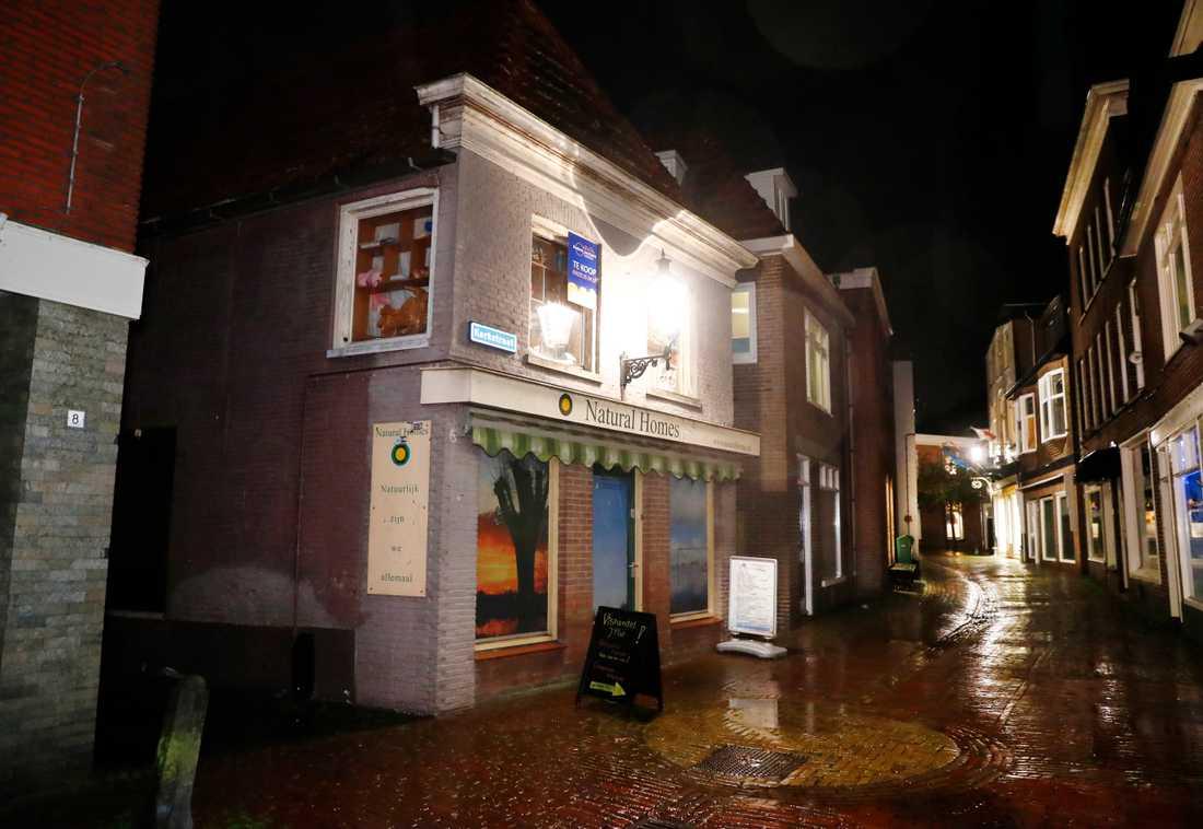Polisen har slagit till mot en spöklik butik i Zwartsluis, knappt två mil från gården i Ruinerwold.