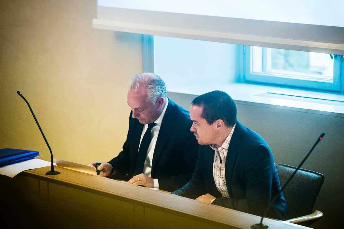Kent Ekeroth med sin advokat under förhandlingarna i hovrätten