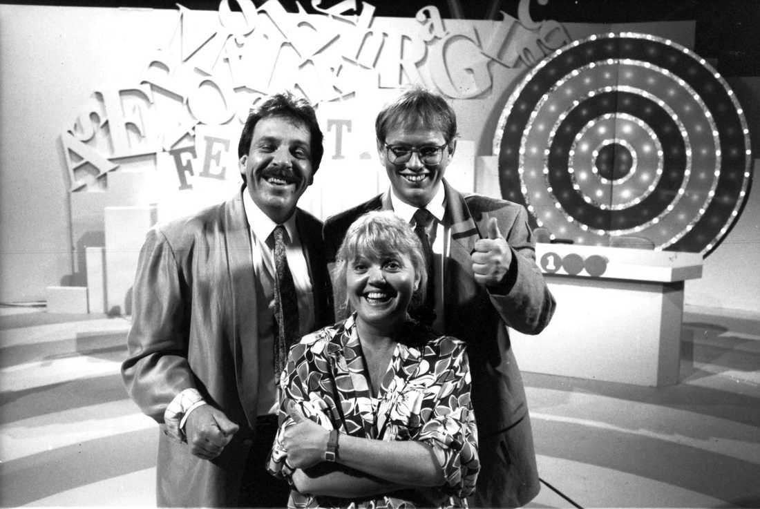 """Lekprogrammet """"Femettan"""" 1988, med Jan """"Loffe"""" Carlson, Laila Westersund och programledaren Staffan Ling."""
