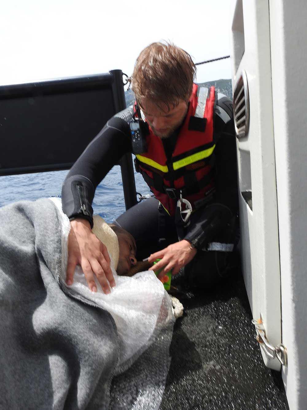 Abdullah, 30, blev Gula båtarnas sista räddning. Här tas han omhand av Johannes Jovlunden.