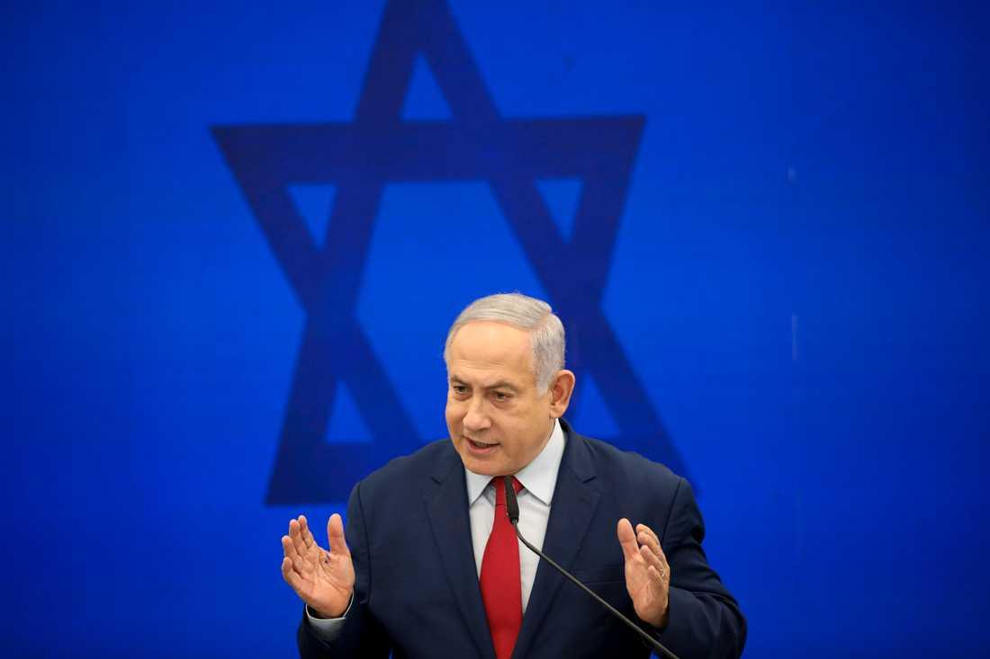 Benjamin Netanyahu kampanjar för fullt inför Israels nyval, som hålls om en vecka. Här framträder han i Tel Aviv på tisdagen.