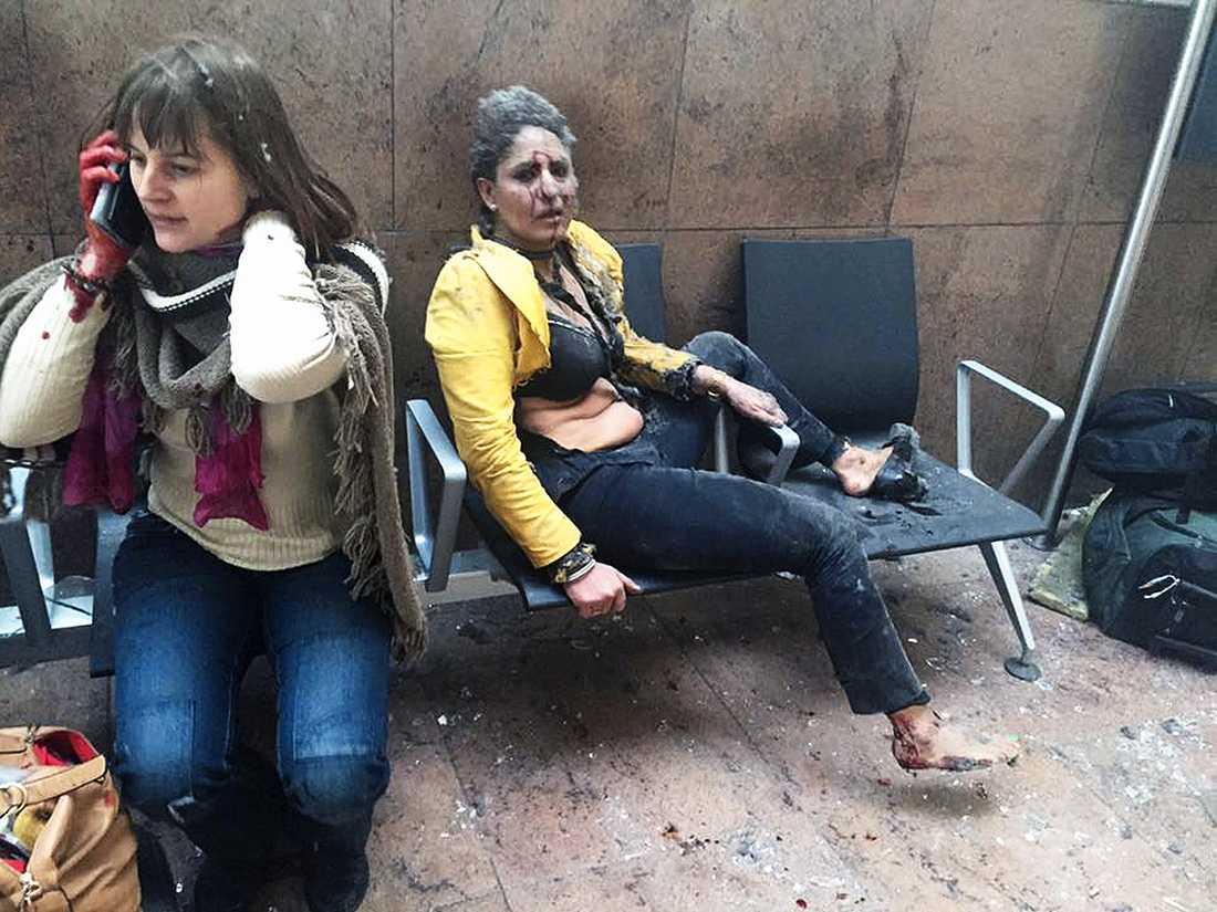 Bilden på kvinnorna strax efter dådet mot flygplatsen fick stor spridning världen över och kom att symbolisera förödelsen och förvirringen.