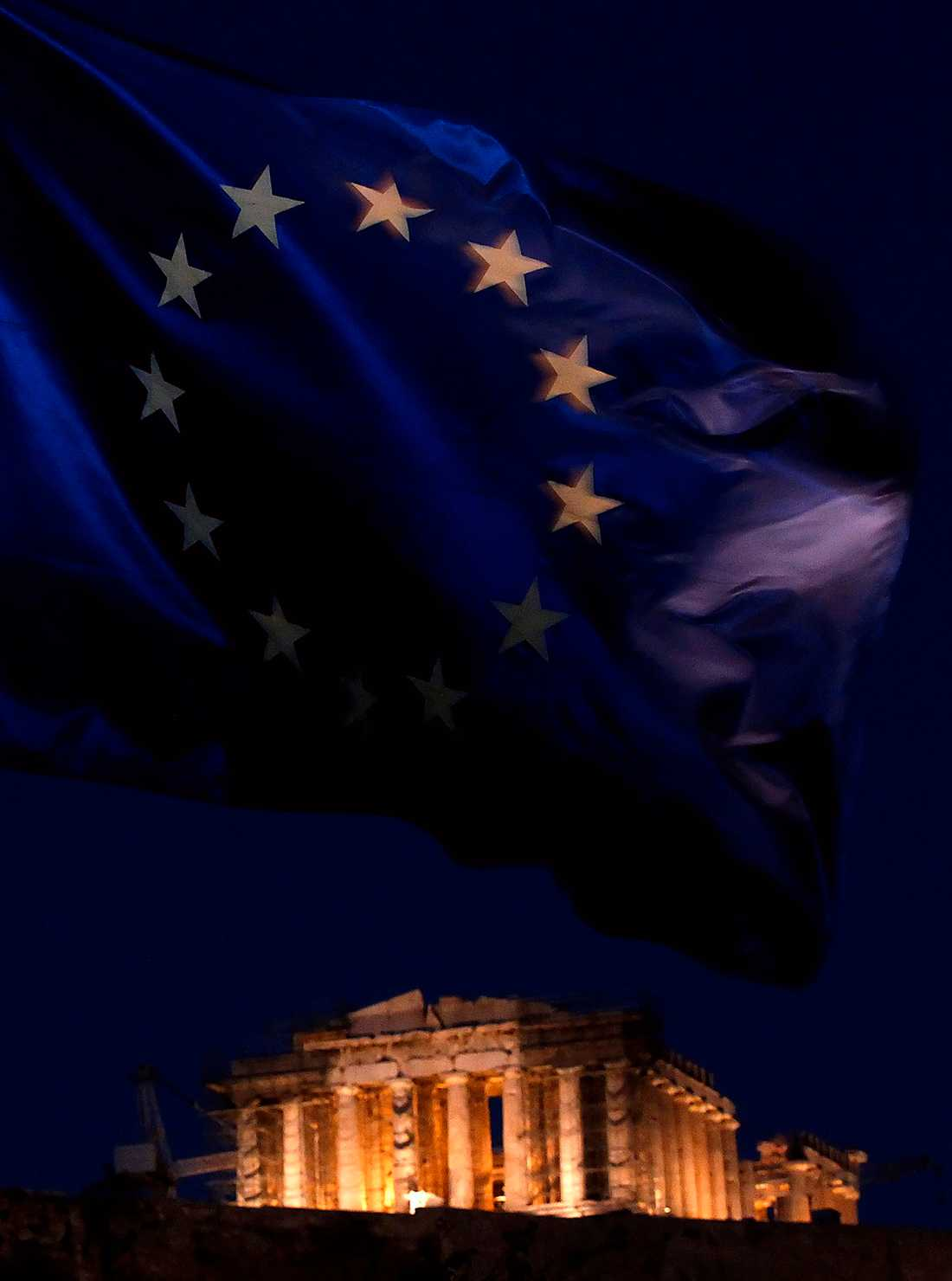 alla vill till himlen EU-flaggan fladdrar i vinden med Parthenontemplet i Aten i bakgrunden. Samtidigt försöker premiärminister Papandreo hitta lösningar på krisen.